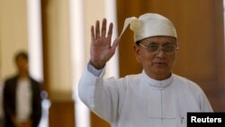 퇴임을 앞둔 테인 세인 미얀마 대통령이 28일 마지막 의회 연설을 위해 의회 건물에 도착해 손을 흔들고 있다.