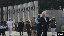 2015年9月2日,前美国参议院多数党领袖多尔等人在华盛顿二战纪念园举行打败日本的胜利日纪念活动。(美国之音杨晨拍摄)