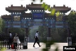 在美国副国务卿谢尔曼将会晤中国官员的天津某酒店入口可见中国安全人员。(2021年7月25日)