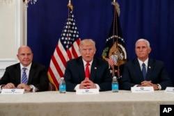 """트럼프 대통령은 10일 마이크 펜스 부통령, 허버트 맥매스터 국가안보보좌관 등 안보 책임자들과 회의를 마친 뒤 다시 북한 문제를 언급하면서, """"북한이 괌에서 뭔가를 한다면, 누구도 전에 볼 수 없었던 일이 벌어질 것""""이라고 거듭 경고했다. 트럼프 대통령은 이어 자신의 발언은 말로만 겁을 주려는 것이 아니라 '공식 성명' 이라고 강조했다."""