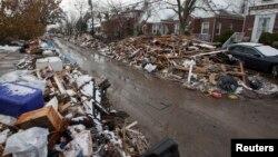 Dans cette photo du 8 novembre 2012, des débris de l'ouragan Sandy à Queens, New York. L'ouragan Sandy a tué au moins 159 personnes et fait de nombreux dégâts.