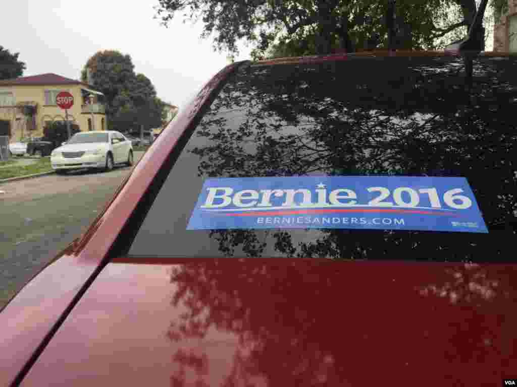 Bernie Sanders stickers are stuck on car windows in Miami ahead of the March 15, 2016, primary. (C. Mendoza/VOA)