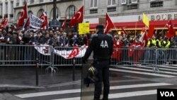 Integrantes de lc omunidad franco-turca realizaron protestas cerca del parlamento en París.