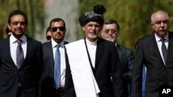 ຜູ້ໄດ້ຮັບເລືອກເປັນປະທານາທິບໍດີ ອັຟການິສຖານຄົນໃໝ່ ທ່ານ Ashraf Ghani Ahmadzai (ກາງ) ເດີນທາງໄປຮອດ ພິທີສາບານໂຕເຂົ້າຮັບຕຳແໜ່ງ ຢູ່ທຳນຽບປະທານາທິບໍດີ ທີ່ນະຄອນຫລວງກາບູລ ປະເທດອັຟການິສຖານ, ວັນທີ 29 ກັນຍາ 2014.