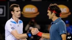 Petenis Swiss Roger Federer (kanan) berjabat tangan dengan petenis Inggris Andy Murray setelah mengalahkannya dalam pertandingan babak perempat final Australia Terbuka di Melbourne, Australia (22/1).
