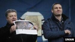 Позафракційний народний депутат Петро Порошенко (ліворуч) і лідер партії УДАР Віталій Кличко