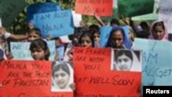 Siswi-siswi sekolah di Lahore, Pakistan melakukan unjuk rasa untuk mendukung remaja puteri Malala Yousufzai yang terluka akibat ditembak militan Taliban (16/10).