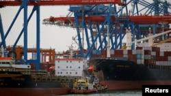 Pelabuhan tanjung priok, Jakarta, 11 Januari 2021. (REUTERS/Willy Kurniawan)