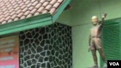 Obamina statua kao učenika isped škole u koju je išao dok je živio u Jakarti