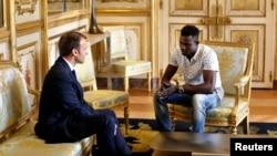 فرانس کے صدرمیکرون، بچے کی جان بچانے والے گاساما سے قصر صدرات میں ملاقات کر رہے ہیں۔ 29 مئی 2018