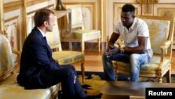 Anh Mamoudou Gassama gặp Tổng thống Pháp Emmanuel Macron hôm 28/5.