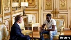 Prezidan Emmanuel Macron rankontre nan Palè Elisee a Mamoudou Gassama, yon jèn gason 22 zan ki te soti Mali, e kap viv an Frans san papye. Mamoudou riske lavi li pou l grenpe tankou yon arenye pou l sove yon ti fransè ki te andanje sou yon balkon.