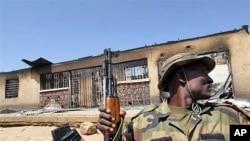 Soldado monta guarda, nasequência de um atentado atribuido ao Boko Haram