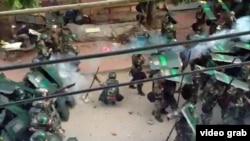 Ảnh chụp từ video không thể xác minh độc lập cho thấy cảnh sát chống bạo động Trung Quốc trấn áp người biểu tình ở làng Ô Khảm.