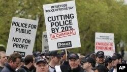 Ribuan polisi yang sedang tak bertugas ikut turun ke jalan-jalan di London, untuk memprotes pemotongan anggaran (10/5).