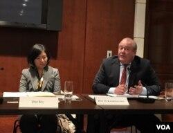 亚洲开发银行北美副代表于飞(左)、全美亚洲研究所高级副总裁甘浩森(右)(美国之音许宁拍摄)