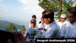 Presiden Joko Widodo saat mengunjungi Geosite Sipinsur di Kabupaten Humbang Hasundutan, Sumatera Utara, Senin, 29 Juli 2019. (Foto: VOA/Anugrah Andriansyah)