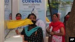 Petugas medis melakukan tes swab untuk COVID-19 di Hyderabad, India (28/8). India hari Minggu (30/8) telah mencatat rekor virus corona baru dalam 24 jam terakhir, yaitu 78.761 kasus.