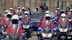 Presiden baru Senegal, Macky Sall, melambai kepada para pendukungnya dalam upacara pelantikan Presiden Senegal (2/4).