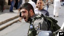 지난 2일 이스라엘 국경 경찰이 '올드시티' 외곽에서 기도를 마치고 나온 팔레스타인인들과 대치하고 있다. (자료사진)