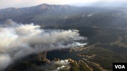 امریکی ریاست کولوریڈو کے جنگلات میں لگی آگ سے اٹھتا ہوا دھواں