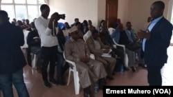 Le député provincial Homère Bulakali présente les conclusions des travaux du forum sur les massacres impuni depuis 1996 en RDC, à Bukavu, le 31 octobre 2019. (VOA/Ernest Muhero)