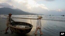 Ảnh minh họa: Ngư dân Việt kéo thuyền thúng ra biển tại Đà Nẵng.