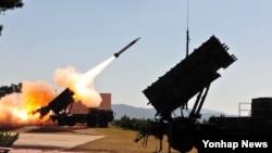지난 16일 한국 대천 대공사격장에서 열린 '방공유도탄 실사격 대회'에서 패트리엇 미사일이 발사되고 있다.