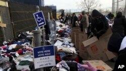 Cư dân trong bang New York đi bỏ phiếu tại một địa điểm bầu cử, nơi còn được dùng làm địa điểm quyên góp cứu trợ cho nạn nhân bão Sandy ở Staten Island, New York, ngày 6/11/2012.