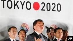 Thống đốc Tokyo Naoki Inose thông báo giành quyền đăng cai Olympic và Paralympic 2020 tại văn phòng chính phủ ở Tokyo ngày 10/9/2013.