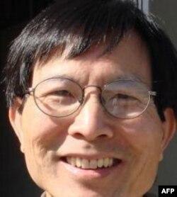 Bùi Văn Phú sống ở vùng Vịnh San Francisco, hiện dạy học