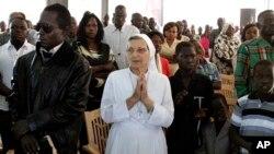 Tín đồ Cơ đốc giáo cầu nguyện trong Thánh Lễ Giáng sinh tại một nhà thờ ở Khartoum, Sudan.