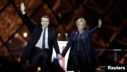 آقای ماکرون رئیس جمهوری منتخب فرانسه و همسرش «بریژیت تروینو» در جشن پیروزی یکشنبه شب در پاریس.