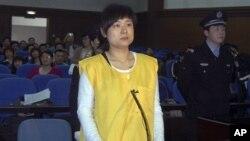 被控非法集資詐騙罪的吳英2009年4月16日出庭受審(資料照片)