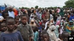 des civils ayant fui les attaques terroristes, dans une école a Maiduguri, Nigeria. mardi Sept. 9, 2014