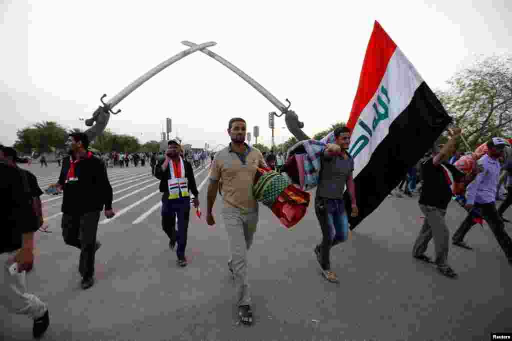 """معترضان حامی مقتدی صدر در """"منطقه سبز"""" بغداد."""