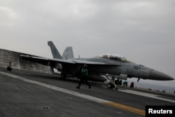ເຮືອບິນລົບ F-18 ກຽມບິນຂຶ້ນ ຈາກກຳປັ່ນບັນທຸກເຮືອບິນ ແຮຣີ ທຣູແມນ ໃນທະເລເມດີແຕເຣນຽນ. (ວັນທີ 4 ພຶດສະພາ 2018)
