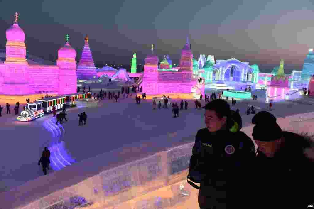2018年1月5日,哈尔滨冰雪雕塑节开幕,人们参观冰雪世界。