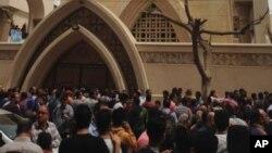 Keluarga dan pengunjung di luar gereja setelah ledakan bom di kota Tanta, Mesir, 9 April 2017.