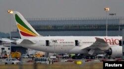 Layanan darurat diberikan ke pesawat Boeing 787 Dreamliner, yang dioperasikan oleh Ethiopian Airlines, setelah sempat terbakar di bandar udara Heathrow, London.
