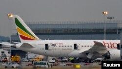 Pesawat Boeing 787 'Dreamliner' milik Ethiopian Airlines mengalami kebakaran saat sedang parkir di Bandara Heathrow, London (12/7).