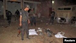 16일 파키스탄 북서부에서 발생한 자살 폭탄 공격 현장. 주 법무장관 등 7명이 사망했다.