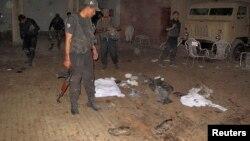 2013年10月16日安全官员检查自杀炸弹爆炸现场