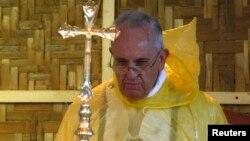 Đức Giáo Hoàng mặc áo mưa chủ trì Thánh lễ ở thành phố Tacloban, Philippines, ngày 17 tháng 1, 2015.