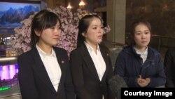 중국 내 북한 식당 종업원 13명의 집단 탈출과 관련해, 같은 식당에서 일했던 여종업원들이 평양에서 미국 CNN방송과 인터뷰를 가졌다. CNN방송 영상 캡처. (자료사진)