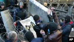 4月6日烏克蘭東部的頓涅茨克: 民眾與警察在地方政府大樓前發生衝突。