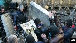 4月6日乌克兰东部的顿涅茨克: 人们与警察在地方政府大楼前发生冲突
