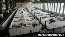 Pemerintah Jerman menggunakan bekas bandara Tempelhof sebagai penampungan sementara bagi para migran pencari suaka di Berlin (9/12).