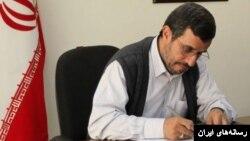 محمود احمدینژاد، رئیس جمهور پیشین ایران پیشتر نیز نامههایی خطاب به رهبر ایران نوشته بود که بی پاسخ مانده است. عکس از آرشیو