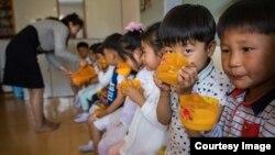 북한 남포의 한 유치원 어린이들이 국제구호단체 '퍼스트스텝스'가 지원한 두유를 마시고 있다. (자료사진)